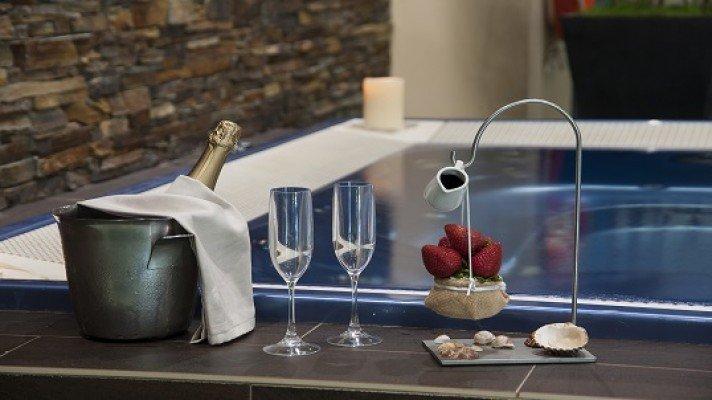 Alojamiento 1 noche + Detalles románticos en la habitación + Cena restaurante + Acceso nocturno privado al Jacuzzi